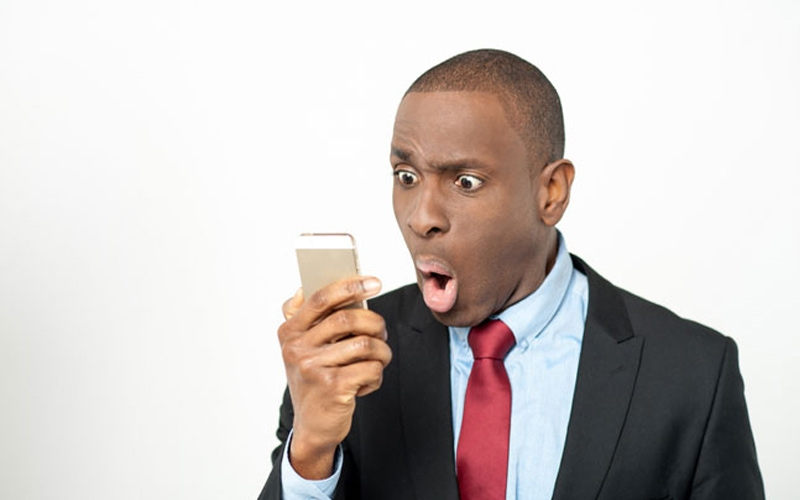 da wind a tim uomo guarda smartphone sotto shock